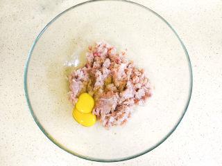 鲅鱼水饺,加入两个鸡蛋,鸡蛋可以增加鱼馅的黏稠度,这样可以免除加肥猪肉了,成品饺子也不会吃出来肥猪肉腻歪的口感了