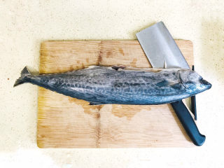 鲅鱼水饺,鲅鱼两斤重的一条,去掉内脏,尤其是鱼肚子里的淤血,都要清洗干净