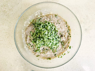 鲅鱼水饺,不需要挤干水分,加入鱼馅中,黄瓜的鲜味可以使得鲅鱼水饺透着淡淡的清香味,非常爽口