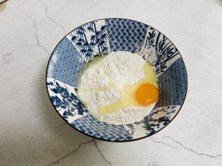 炸油饼,打入一个鸡蛋加入少许盐