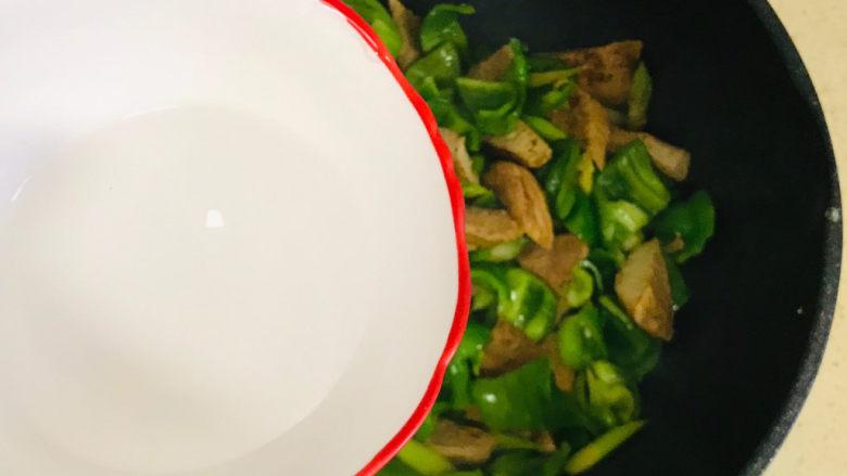 青椒炒素鸡,中间加半碗清水,以防糊锅
