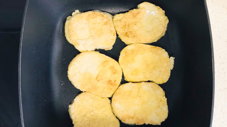 青椒炒素鸡,翻过来继续煎好另一面,同样撒上少许盐