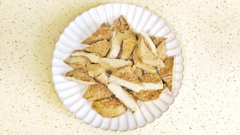 青椒炒素鸡,等凉透后,切成三角块