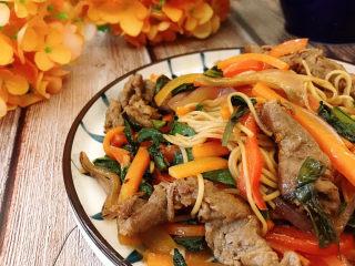 牛肉卷炒面,装盘即可食用。