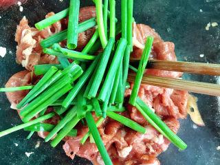 牛肉卷炒面,加入小葱段