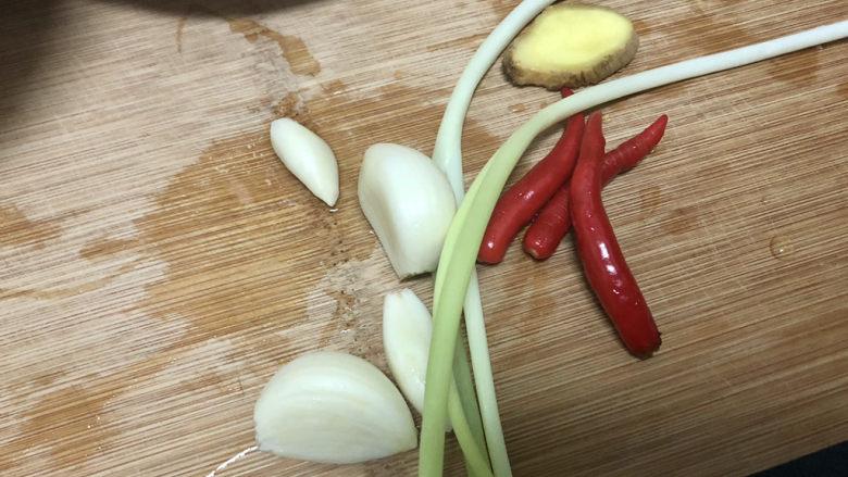 青椒炒素鸡,蒜剥皮,姜洗净,小米辣清洗,小葱择好洗净