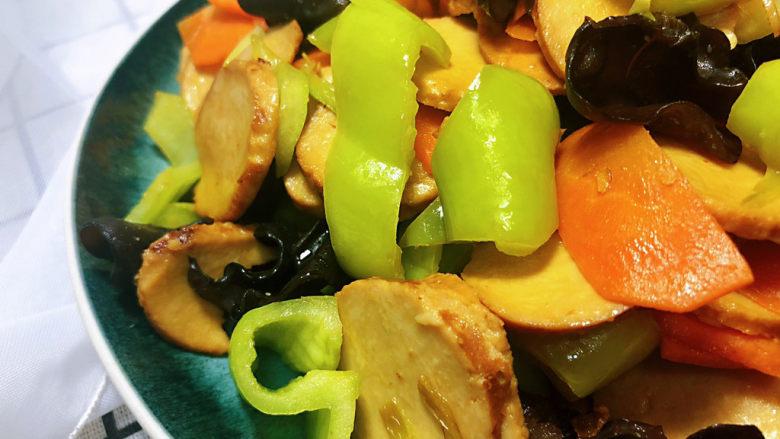 青椒炒素鸡,这道菜做法简单,咸鲜味美,营养丰富,喜欢的小伙伴们快来试试看吧😄
