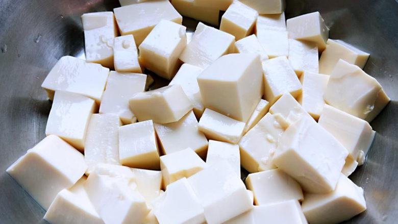 丝瓜花蛤汤,豆腐切成小块