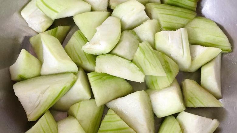 丝瓜花蛤汤,丝瓜切成滚刀块胡萝卜也是一样