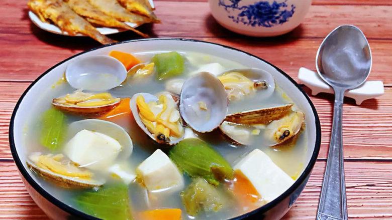 丝瓜花蛤汤,丝瓜花哈汤装入容器中就大功告成了搭配米饭和炸黄花鱼一起吃鲜到没朋友