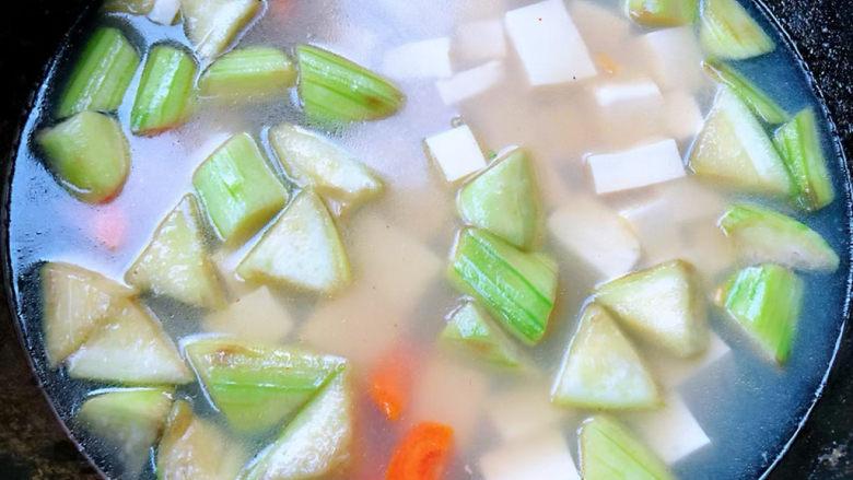 丝瓜花蛤汤,倒入煮好的花哈汤也也可以再添加少许清水大火烧开