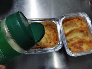 芝士焗南瓜,出炉后表面撒上帕玛森奶酪粉。有一点点微微的咸味增加层次感。