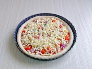 培根火腿披萨,均匀撒上洋葱丁,香肠丁,时蔬,撒上一层马苏里拉芝士。