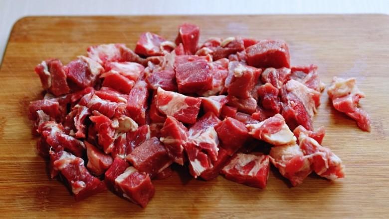 孜然羊肉串,将羊肉切小块。(块切的不要太大)