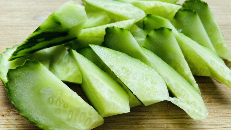黄瓜炒香肠,滚刀切块