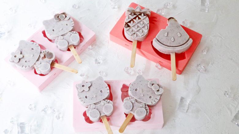蓝莓酸奶雪糕,冻凝固后就可以取出来脱模享用啦