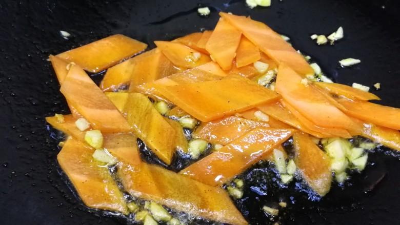 莴笋炒木耳,放入胡萝卜片,文火炒匀。