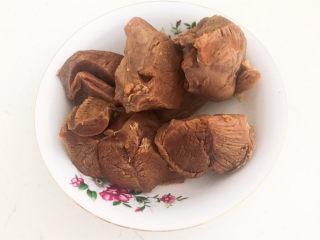 白切羊肉,把煮好的羊肉捞出来,自然晾凉