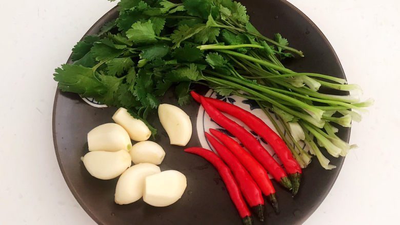 白切羊肉,准备蘸料食材:<a style='color:red;display:inline-block;' href='/shicai/ 131'>香菜</a>,小米辣,大蒜