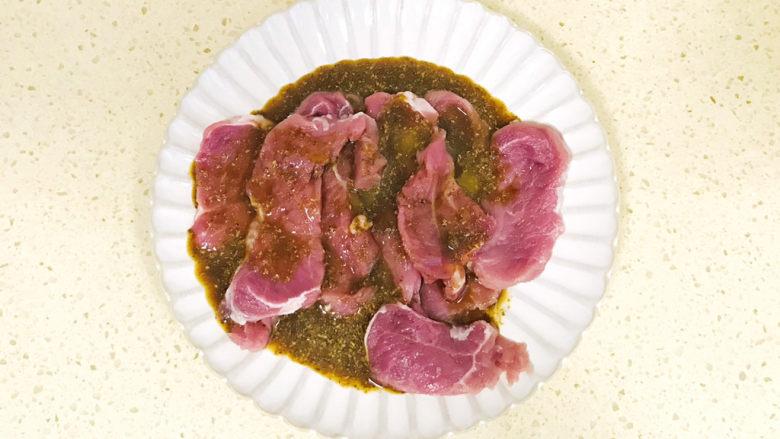 椒盐里脊,搅拌均匀,腌制半个小时,使其入味