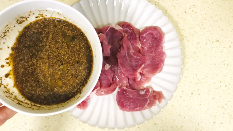 椒盐里脊,倒入肉片中