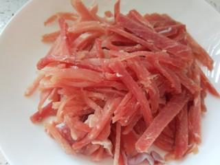 椒盐里脊,切成肉丝。