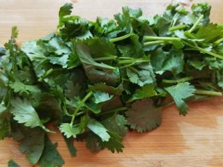 椒盐里脊,香菜切成小段。