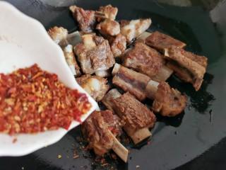孜然排骨,排骨煎好后,把火调小点,根据个人口味加入适量辣椒粉。