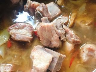 酸菜炖排骨,倒入高压锅,电高压锅直接选排骨建,普通高压锅15分钟,砂锅大概需要半个小时到四十分钟
