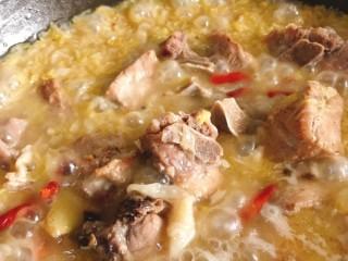 酸菜炖排骨,倒入压好的排骨和汤,放生抽,中小火煮20分钟