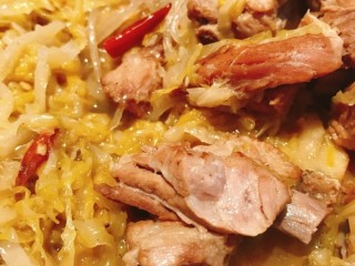 酸菜炖排骨,排骨炒过后炖的,吃起来香,酥,烂
