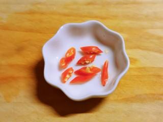 蒜泥黄瓜,红尖椒切圈