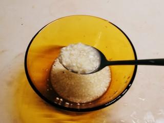 蒜泥黄瓜,放入适量清水 搅拌均匀 蒜泥料汁做好备用