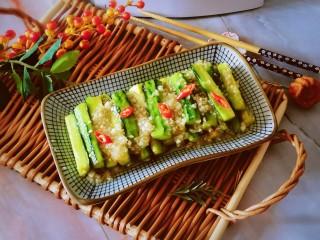 蒜泥黄瓜,将炒好的蒜泥汁倒入黄瓜条上 成品即食