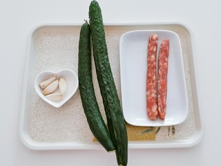黄瓜炒香肠,食材准备好