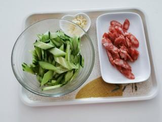 黄瓜炒香肠,食材处理完毕