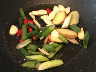 番茄牛腩煲,锅内倒入适量油,油热后爆香葱姜蒜