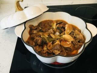 番茄牛腩煲,倒入铸铁锅,小火炖煮15分钟