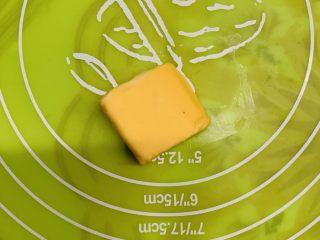 芝士肠仔包,黄油不用软化放在案板上。