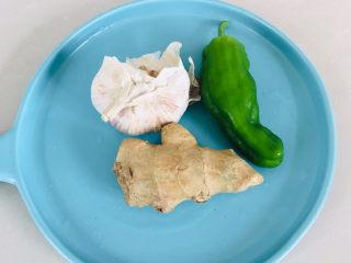 黄瓜炒香肠,准备调料,姜,蒜,青椒~