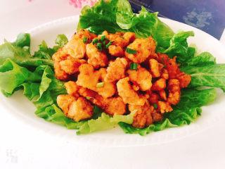 椒盐里脊,生菜打底,将拌均匀的里脊肉放上面,撒上葱花即可,吃的时候个人喜欢用生菜包着肉吃。