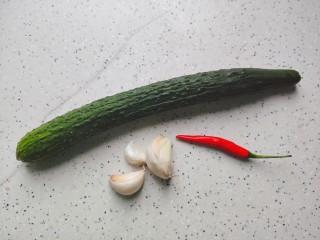蒜泥黄瓜,首先我们准备好所有食材
