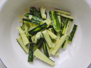蒜泥黄瓜,然后拍碎,切成段,放入大碗