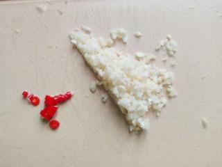 蒜泥黄瓜,大蒜去皮洗净之后切成末,小米椒洗净切碎