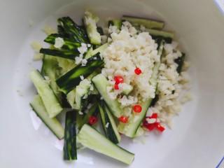 蒜泥黄瓜,将大蒜末和小米椒放入黄瓜内