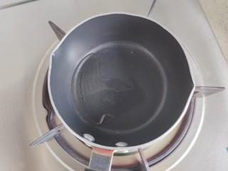 蒜泥黄瓜,小锅搁置炉火上,入适量食用油