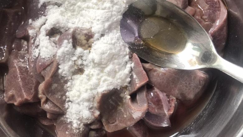 青椒炒猪肝,加入适量淀粉