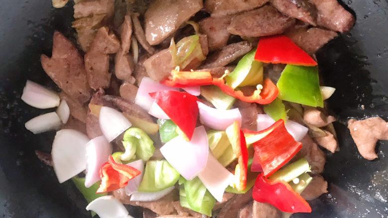 青椒炒猪肝,倒入青红椒和洋葱