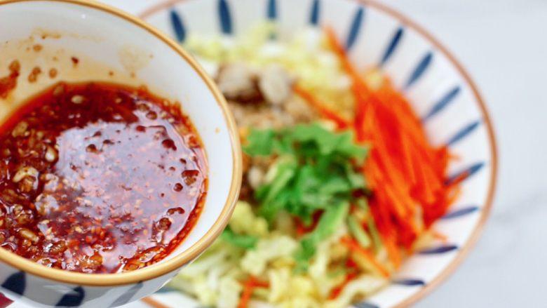 白菜心红油扇贝肉,这个时候倒入调制好的调料汁。