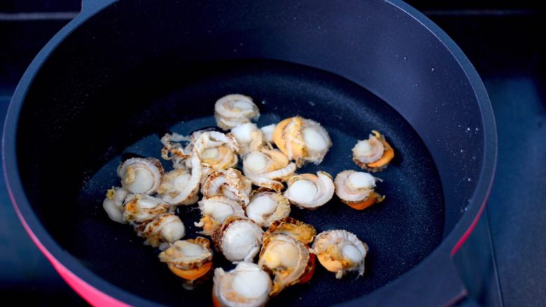 白菜心红油扇贝肉,锅中倒入适量的清水,放入扇贝肉。